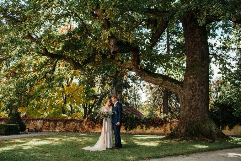 Svatební obřad pod velkým stromem